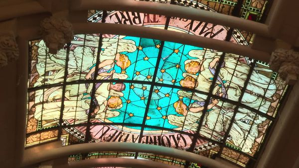 Le vitrail du temple de Saintes représentant les anges annonçant la naissance de Jésus, réalisé par le maître-verrier Félix Gaudin.