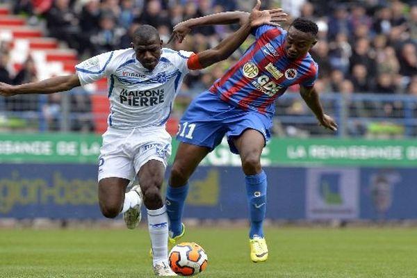 Le joueur auxerrois Adama Coulibaly (g) et le Caennais Fodé Koita (d) lors du match Caen – Auxerre samedi 19 avril 2014