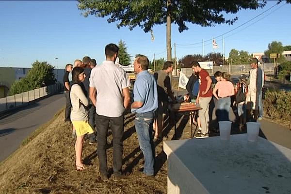 Le blocage par les producteurs laitiers de la plateforme Lactalis à Cesson-Sévigné près de Rennes se poursuit