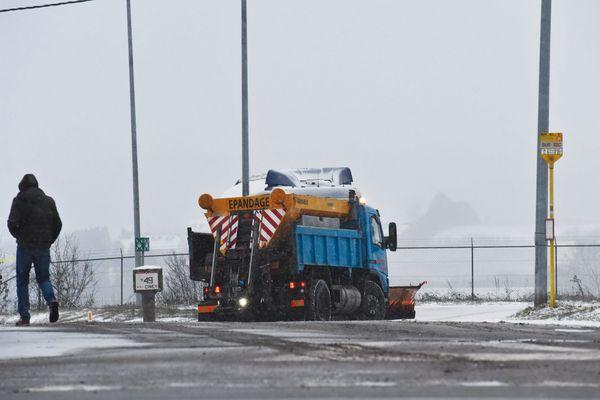 Le département de la Manche prépare ses saleuses / image d'illustration d'épandage de sel hors Manche