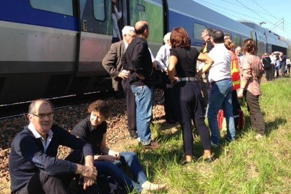 Nanteuil (79) : les passagers du train Paris-La Rochelle arrêtés en pleine campagne
