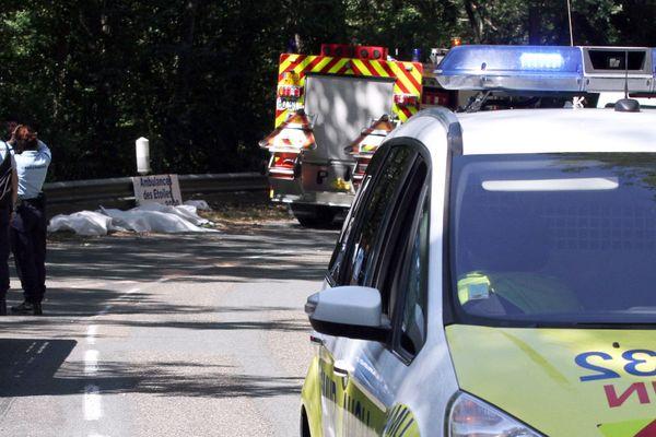 Les pompiers et les gendarmes, appelés sur les lieux du drame, ont dû placer les corps des 3 victimes dans des housses plastique, allongés au bord de la route.