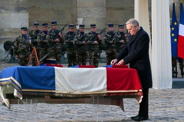 Le premier ministre Jean-Marc Ayrault aux Invalides dépose la légion d'honneur sur le cercueil de Damien Boiteux