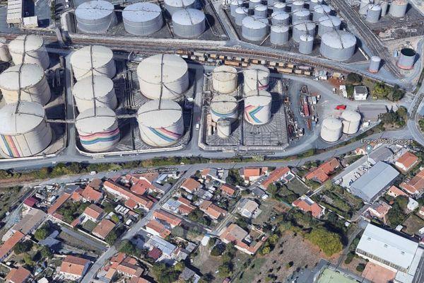Vue aérienne des cuves du port de La Pallice et des quartiers attenants à La Rochelle