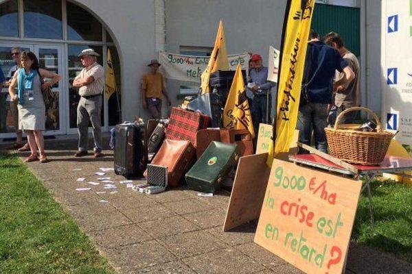 Les agriculteurs de la Confédération Paysanne de l'Indre-et-Loire ont manifesté le 7 juillet 2016 devant la Safer à Chambray-lès-Tours pour dénoncer la spéculation financière actuelle sur les terres agricoles. L'hectare peut atteindre un prix de vente de 9.000 euros