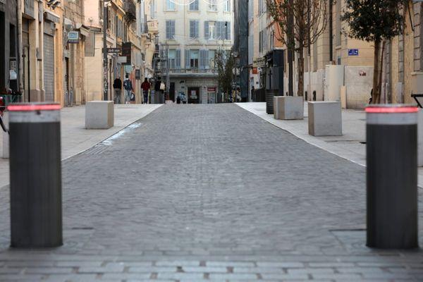 La rue Saint-Ferréol et ses commerces déserts à un mois de Noël.