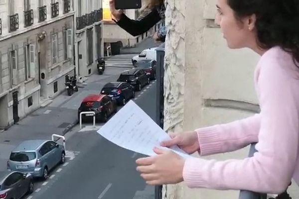 """A Marseille, une habitante du 8ème organise un """"Questions pour un balcon"""" pendant le confinement."""