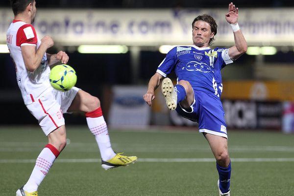 Yannick Cahuzac (à droite) signe pour deux ans au Toulouse Football Club. Il vient tout droit de Bastia dont le club est en difficulté financière.