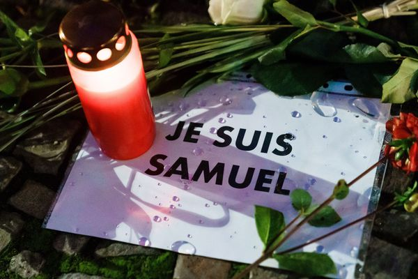 Dimanche 18 octobre 2020, des rassemblements en mémoire de Samuel Paty ont déjà eu lieu dans toute la France, et dans d'autres pays (ici à Berlin, en Allemagne).