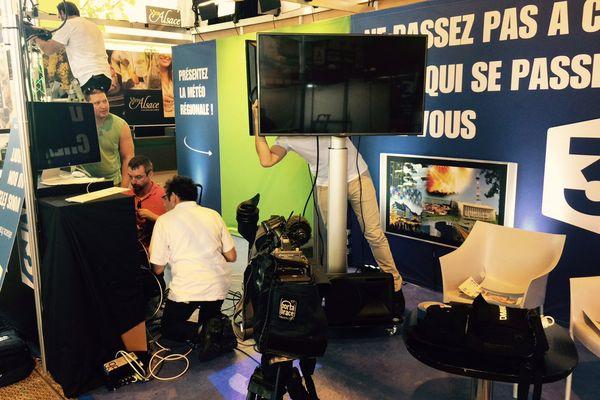 Le stand de France 3 en pleine installation