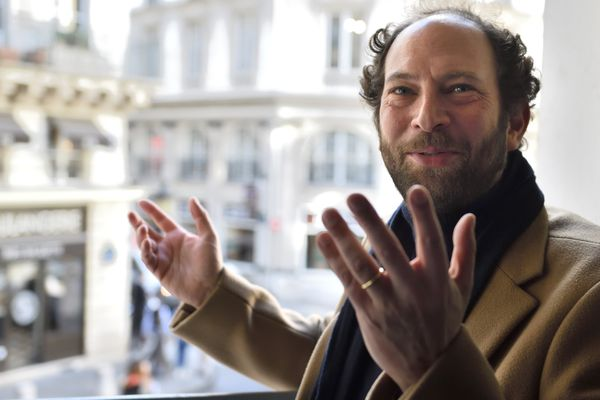 Olivier Guez, lauréat du Prix Renaudot, va donner le coup d'envoi du match entre le Racing Club de Strasbourg et le PSG, le 2 décembre.