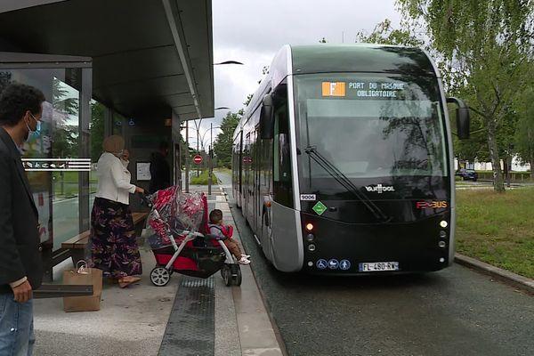 Suite à des pannes techniques, il a fallu faire venir de l'hydrogène de Lyon par camion pour permettre au Fébus de rouler.