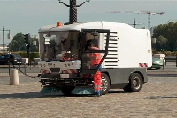 Un camion de nettoyage de Suez arpente désormais le cœur de ville jour et nuit.