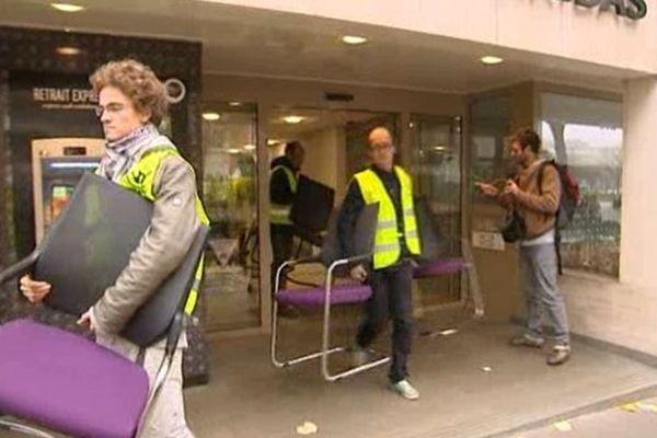 Des chaises saisies par des militants écologistes dans le cadre d'une opération coup de poing.