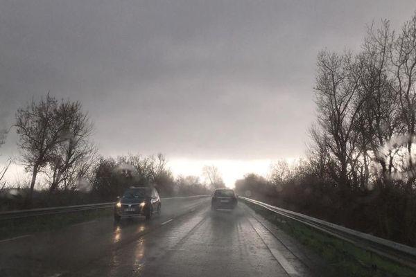 Route sous la pluie dans l'Aude, illustration