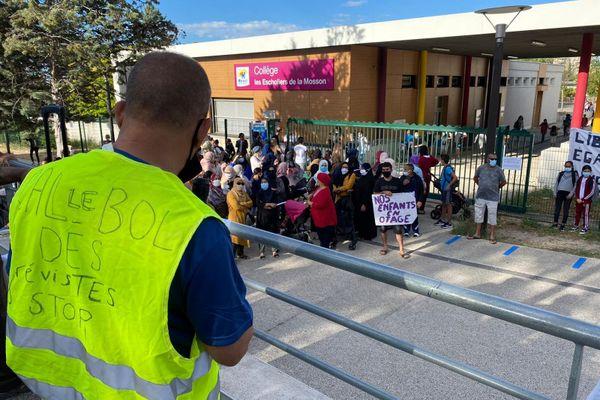 Des parents d'élèves  manifestent devant le collège des Escholliers à Montpellier