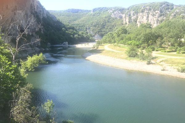 Du côté de Vallon-Pont d'Arc, la rivière Ardèche est vide de canoës