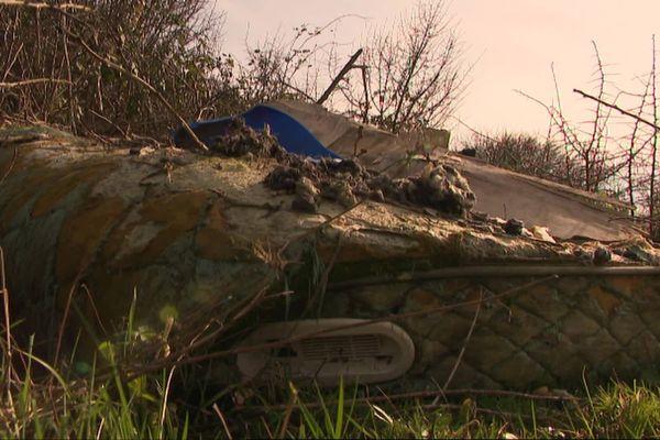 Les tonnes de déchets retrouvés dans cette zone isolée des marais sont évacuées par l'employé communal et les élus de Loire-les-Marais.