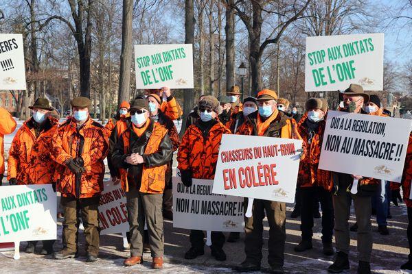 Des chasseurs de la fédération du Haut-Rhin manifestent le 12 février 2021 à Colmar contre l'arrêté préfectoral prolongeant jusqu'au 28 février la chasse des daims et cervidés en Alsace.