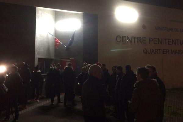 Les personnels se sont réunis dès 6 heures15 ce mercredi matin 6 mars devant la prison de Nantes