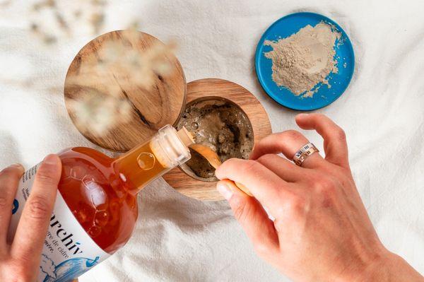 De l'argile et du vinaigre de cidre pour réaliser un masque purifiant pour le visage.