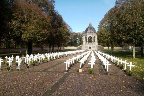 600 croix blanches installées à Sainte-Anne-d'Auray  en hommage aux agriculteurs qui mettent fin à leurs jours chaque année.