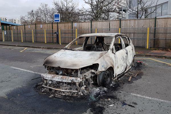La carcasse de l'une des voitures dégradées la nuit dernière aux Aubiers à Bordeaux.
