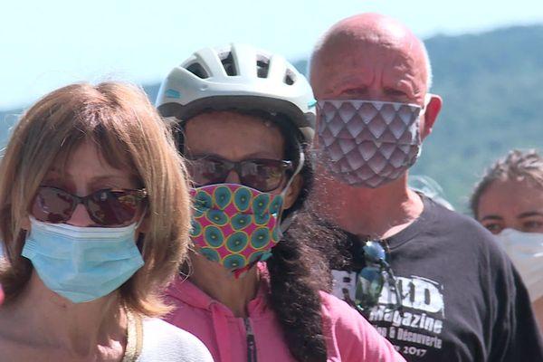 Des clients masqués font la queue en ce premier dimanche post-confinement sur le marché de Valflaunès dans l'Hérault.