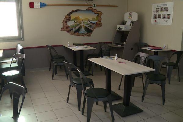 """Tables vides et bistrot désert au Temple-sur-Lot dans le Lot-et-Garonne """"  On fait pas des rassemblements de 40 personnes dans un bar, c'est impossible, on est sur quatre ou cinq personnes et les personnes ont besoin de ce rendez-vous."""""""