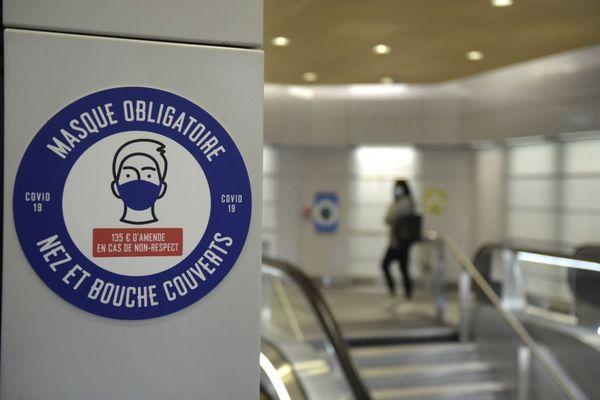 Une affiche relative au port obligatoire du masque dans le métro parisien (illustration).