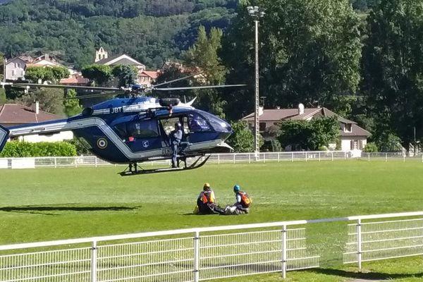 Sitôt l'alerte donnée, l'hélicoptère du PGHM de Savignac les Ormeaux (Ariège) a décollé très rapidement avec un médecin à bord.