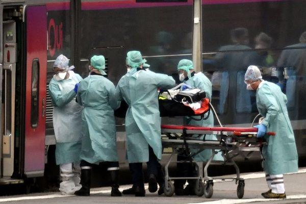 Le 29 mars, un train, au départ de Nancy. Le personnel soignant achemine des patients en réanimation vers Bordeaux, Libourne, Bayonne et Pau