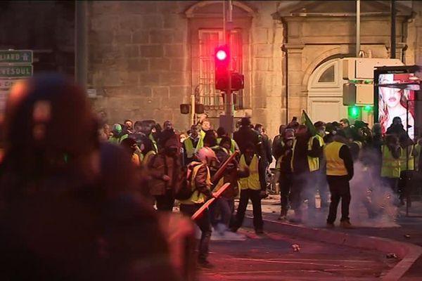 Affrontements avec les forces de l'ordre en marge de la manifestation des gilets jaunes à Besançon, le 22 décembre.