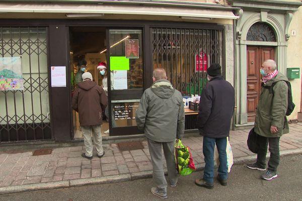 Distribution de nourriture à la banque alimentaire de Tende.