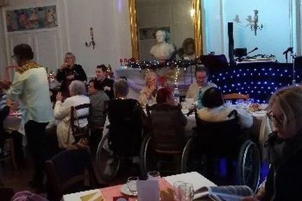 Au Château d'Achy (Oise) les Petits frères des pauvres fêtent Noël avec des personnes âgées isolées