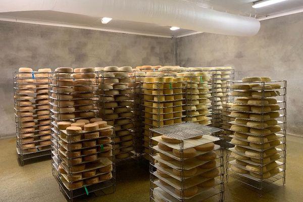 La durée d'affinage du fromage varie entre 4 à 6 semaines et 2 à 5 mois selon les fromages.