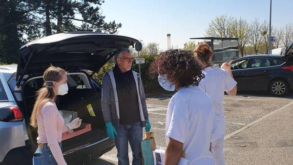 distribution de sandwiches pour les personnels soignants d'un hôpital mulhousien