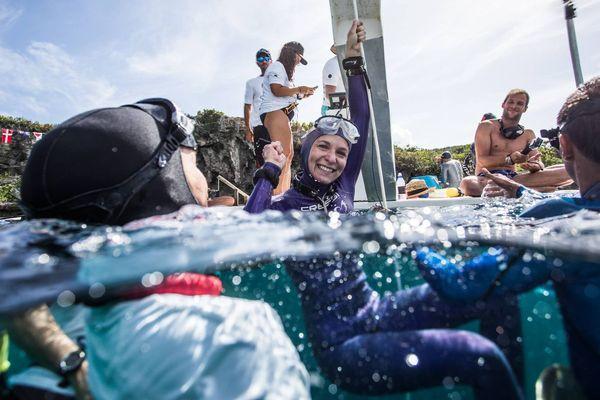 Alice Modolo après son record de France d'apnée en poids constant en plongeant à -86m, le 21 juillet 2018 aux Bahamas