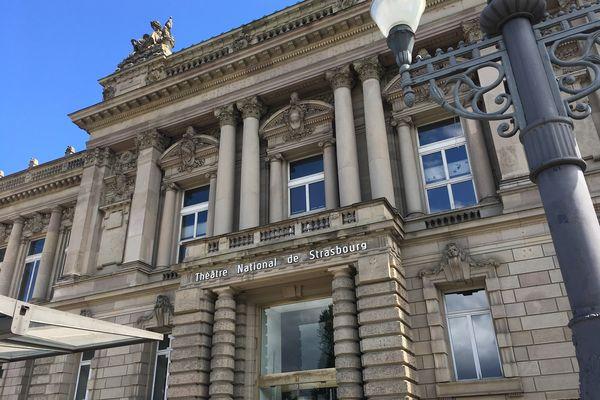 La façade du Théâtre national de Strasbourg (TNS), seul théâtre national se trouvant hors de Paris. Le bâtiment, classé à l'Unesco, abritait l'ex-parlement alsacien du temps de l'époque impériale.