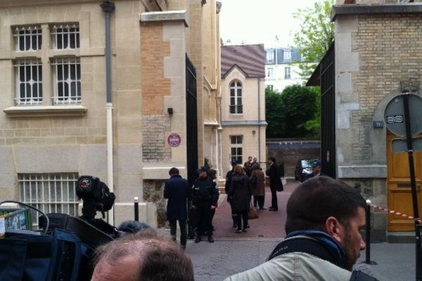 Un homme de 51 ans s'est suicidé ce jeudi en milieu de journée devant une dizaine d'enfants, dans le hall d'une école maternelle parisienne située rue Cler, dans le 7e arrondissement.
