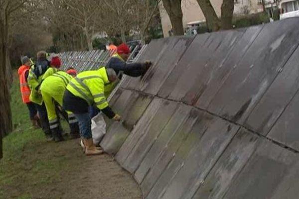 L'installation des aquabarrières a débuté ce lundi en fin de matinée à Louvigny.
