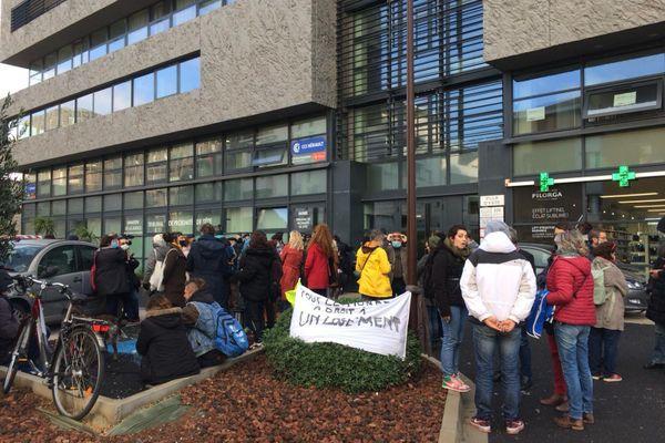 Une cinquantaine de personnes, soutenues par des associations comme la Ligue des Droits de l'Homme et la Cimade, manifestaient contre l'expulsion d'un squat situé quai Paul Riquet à Sète, ce matin devant le tribunal de proximité.