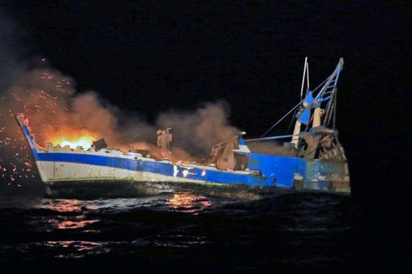 Le Scaramouche en feu dans la nuit du 11 au 12 mai 2021. Photo prise  par le remorqueur d'intervention et d'assistance au sauvetage Abeille Languedoc affrété par la Marine Nationale.