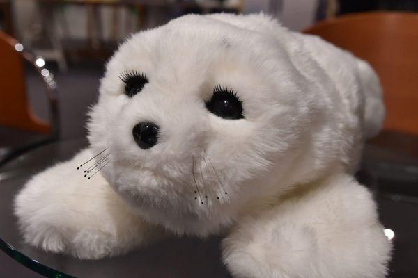 Le phoque robot PARO, un bébé phoque pour rompre l'isolement mental de personnes atteintes de troubles cognitifs