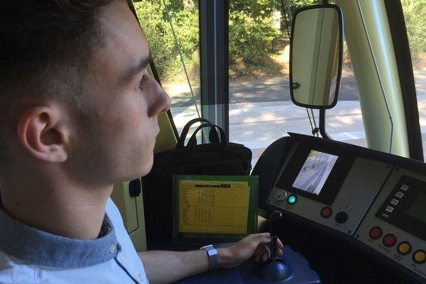 Hugo, étudiant en BTS de notariat, aux manettes de son tramway