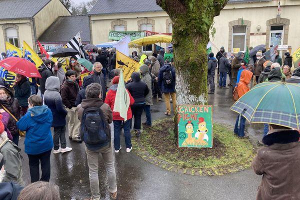 200 opposants aux élevages intensifs ont dénoncé ce samedi le projet de poulailler géant à Langoëlan (Morbihan)