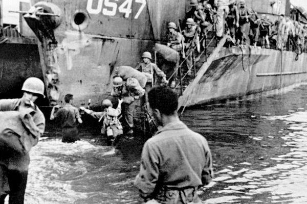 Photo prise en août 1944 de troupes alliés débarquant à Saint-Tropez.