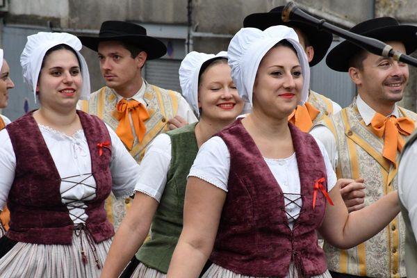 Des jeunes gens passionnés de danses et de musiques traditionnelles.