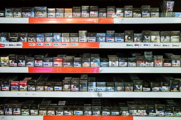 A Menton, les fumeurs achètent de nouveau leurs cigarettes dans les bureaux de tabac de la ville avec la fermeture des frontières.