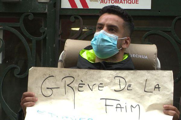 Jewed-Medhi Ben Youssef, étudiant en droit, est en grève de la faim devant le rectorat de Montpellier depuis le 18 septembre 2020.